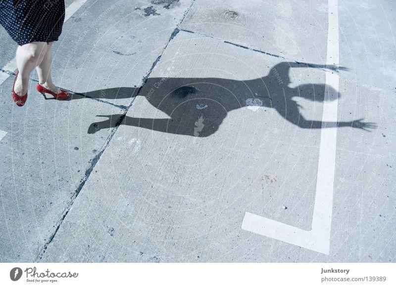 der Tatort im Ersten... Frau Beton Silhouette Kriminalität Damenschuhe Kleid rot abstrakt Licht Parkplatz obskur Schatten Mensch Fuß Beine Sonne