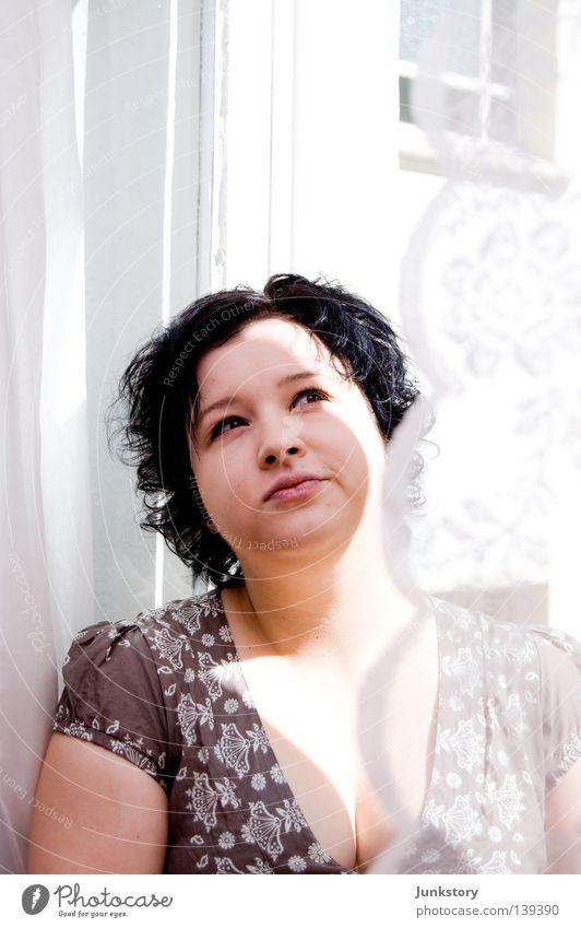 C.G. aus B. Frau Fenster Gardine Hinterhof Porträt Fensterrahmen weiß schwarz Denken Tagtraum träumen Wand Sommer Hinterhaus Sonne Schatten Hautt Locken Spitze