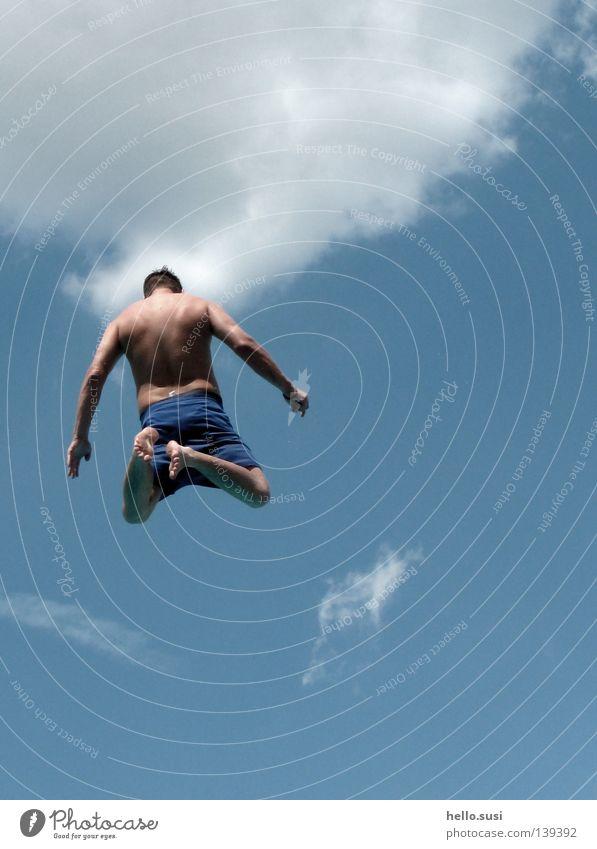 hoch hinaus Himmel Mann blau Sommer Freude Wolken springen Luft Schwimmbad Mut hüpfen Sprungbrett Badehose Freibad Turmspringer