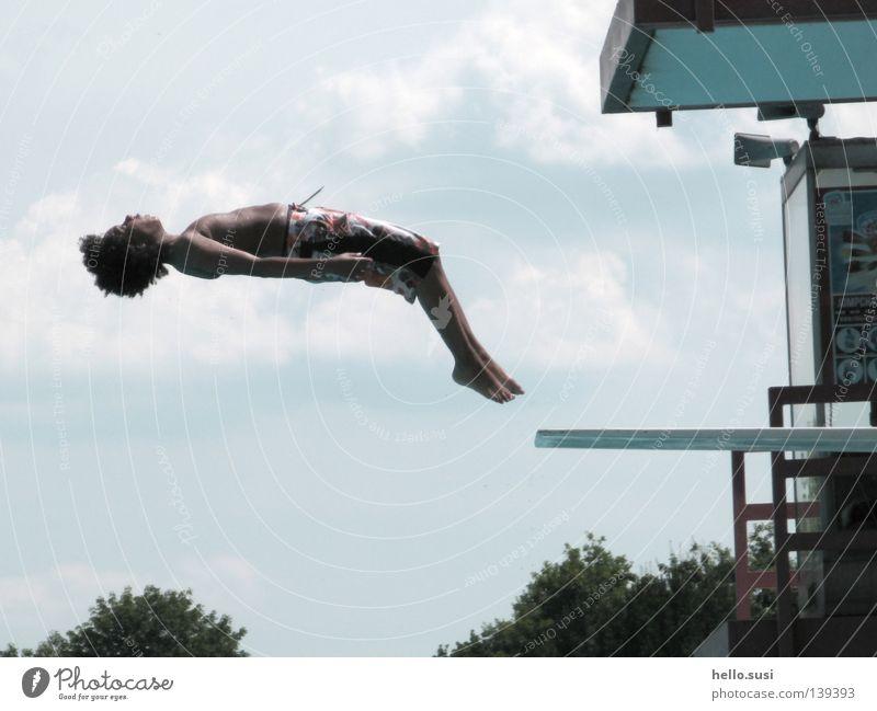 salto rückwärts Himmel Sommer Freude Wolken springen Schwimmbad Körperhaltung Turnen hüpfen rückwärts Akrobatik Sprungbrett Salto Badehose Afrikaner hell-blau
