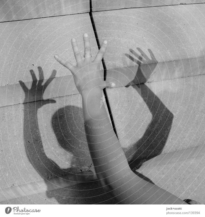 Ihr Schatten will sein eigenes Leben Arme Hand Treppe Stimmung Perspektive Klarheit Stabilität Zwischenraum wahrnehmen Zickzack Schattenspiel Schwarzweißfoto