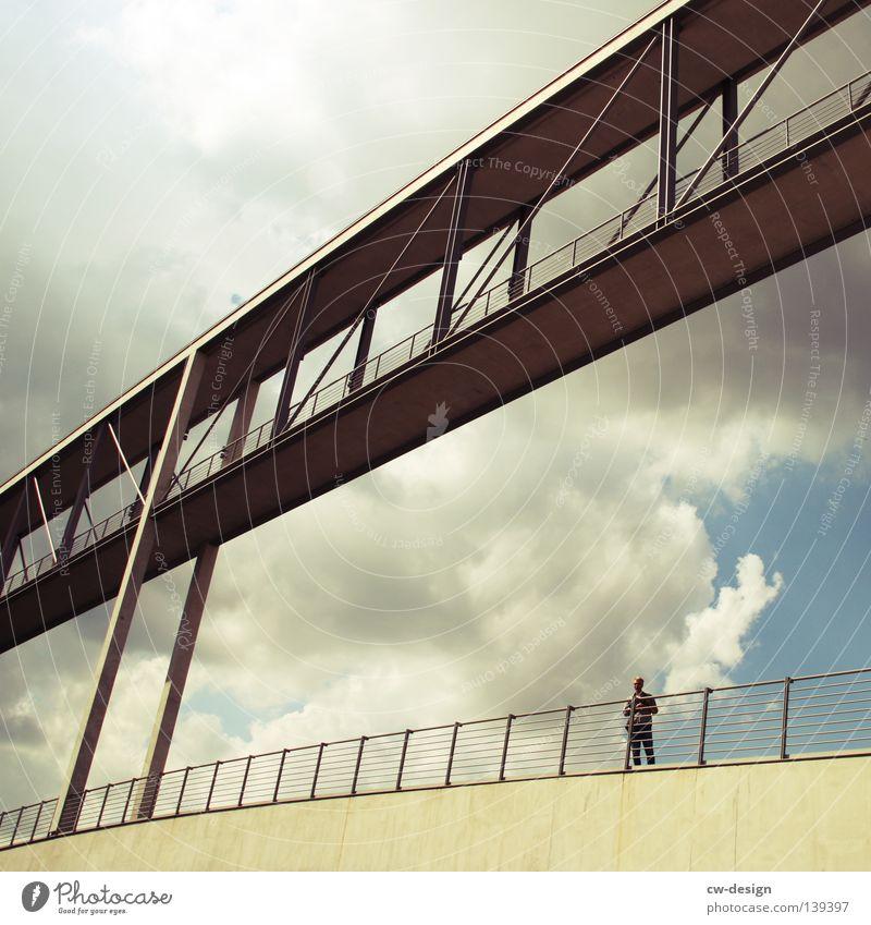 BLN 08 | EIN Z IM PARALLELUNIVERSUM Mensch Mann Erholung ruhig Ferne Architektur Berlin klein grau Zeit gehen Zusammensein maskulin liegen modern trist
