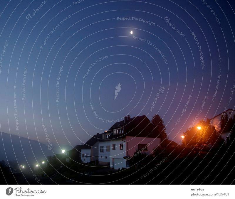 Mondschein. Himmel blau Haus Straße Wand Fenster Berge u. Gebirge Stern Nebel Horizont Dach Dorf Straßenbeleuchtung Himmelskörper & Weltall Wolkenloser Himmel