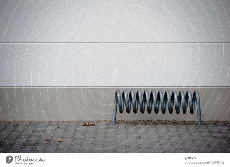 Spiralförmiger Fahrradständer Wand Architektur Gebäude Fassade Material Geometrie Eisenrohr Spirale Symmetrie parken Einkaufszentrum gekrümmt