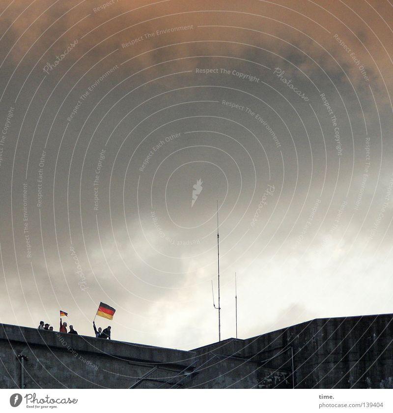 Zwei Fähnriche auf einem Bunker Mensch Freude Wolken oben Wetter Dach Fahne Denkmal Wahrzeichen Alkoholisiert Applaus Antenne Treffer Ballsport Erleichterung