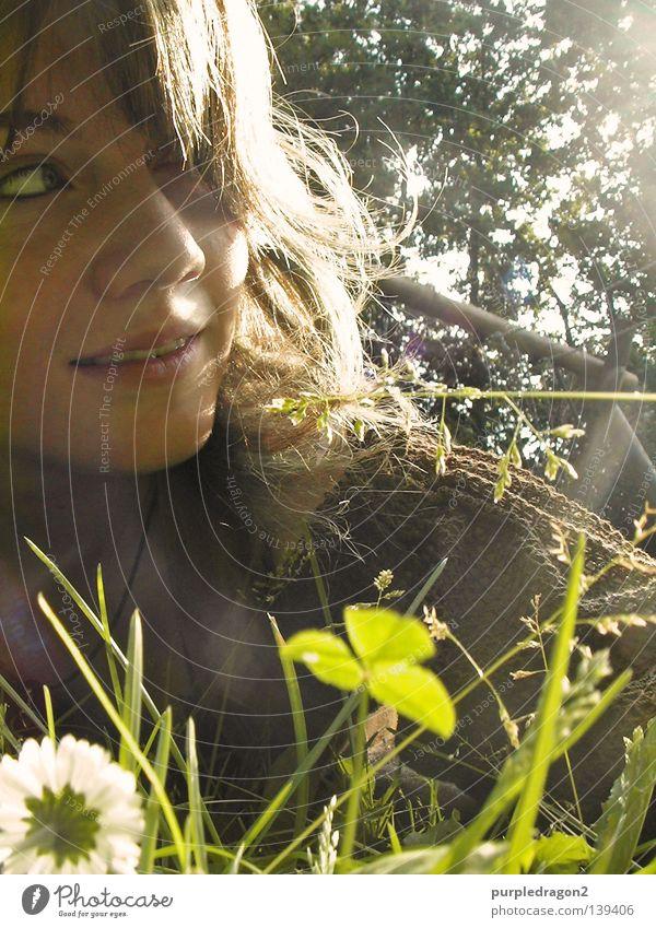 Na, auch schon wach? Gras Klee Gänseblümchen Frau aufwachen Schaukel Baum Mittag Licht Kleid Freude Sommer Haare & Frisuren Sonne liegen lachen Mittelalter