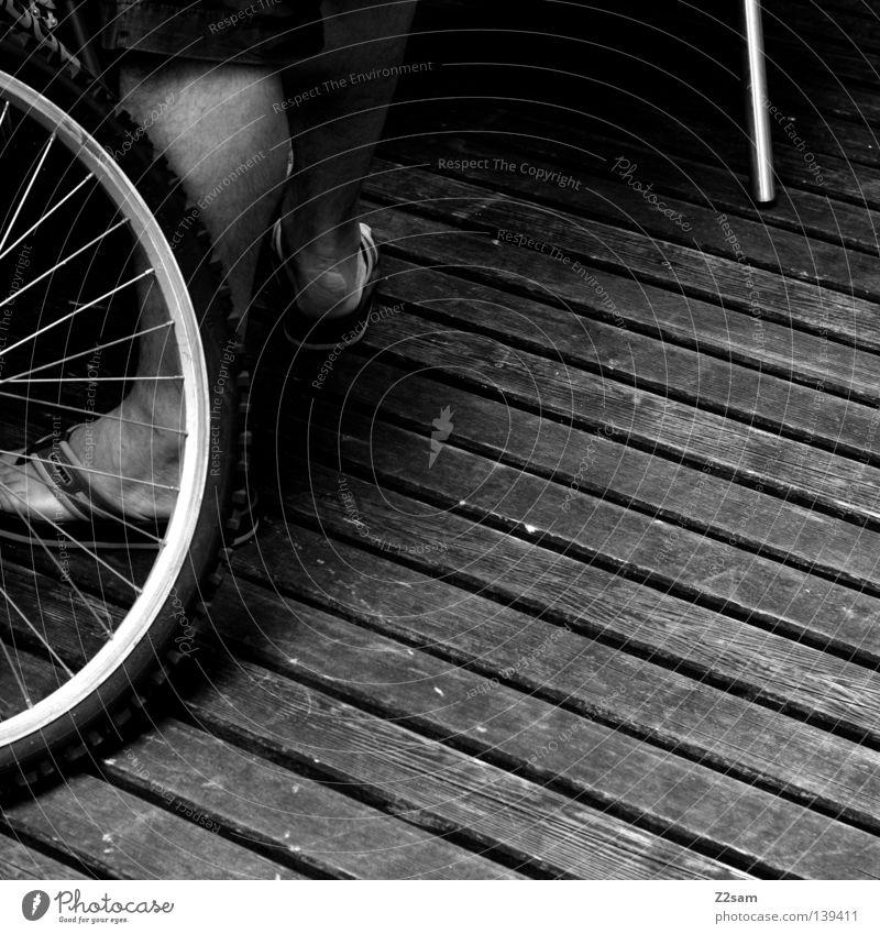 VIER Mann Wade Schlappen Flipflops Mantel graphisch einfach dunkel Dinge Beine Fuß Mensch Speichen Schatten Strukturen & Formen Schwarzweißfoto