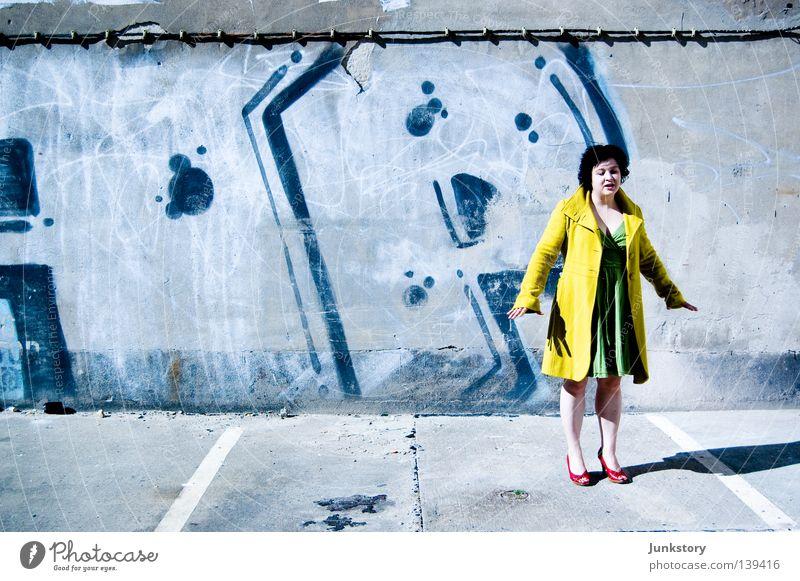 Spring !!! Frau grün blau rot Ferien & Urlaub & Reisen schwarz gelb Wand Stil Stein Mauer gehen laufen Beton Bekleidung