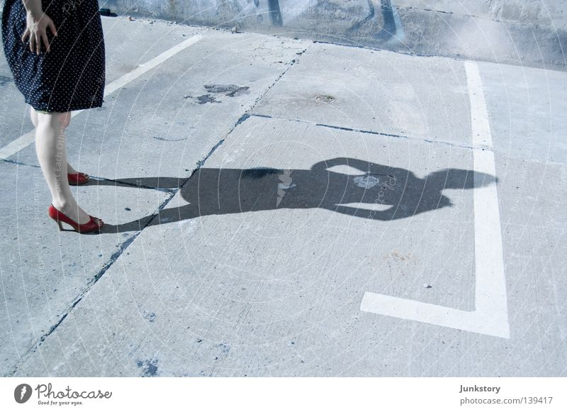 es ist nicht genug platz für uns beide in dieser stadt.. Frau Mensch Sonne rot Fuß Beine Beton Kleid Platz obskur Parkplatz Kriminalität Damenschuhe Tatort