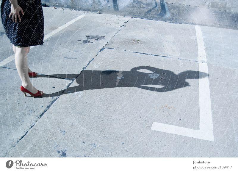 es ist nicht genug platz für uns beide in dieser stadt.. Frau Beton Silhouette Tatort Kriminalität Damenschuhe Kleid rot abstrakt Licht Parkplatz obskur