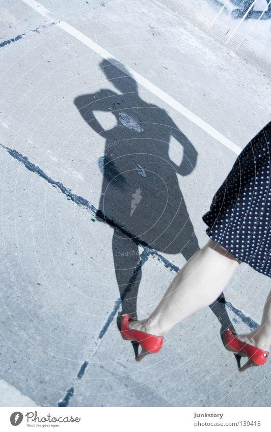 Wenn das Licht ausgeht bin ich wieder alleine.. Frau Mensch Sonne rot Fuß Beine Beton Schuhe Kleid obskur Bekleidung Parkplatz Kriminalität Damenschuhe abstrakt