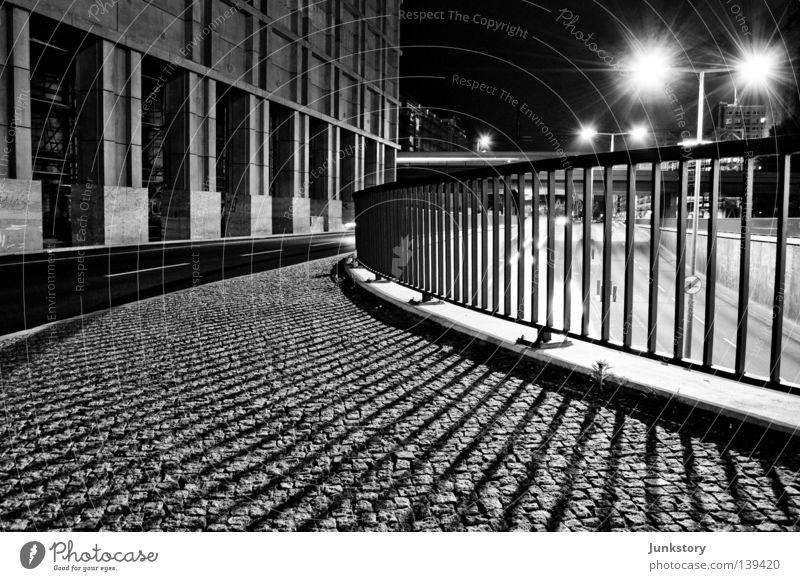 Flutlicht B. ruhig Einsamkeit Straße Mauer Gebäude Beton leer Bürgersteig Verkehrswege Zaun Gesellschaft (Soziologie) Kopfsteinpflaster Stab Teer Alexanderplatz