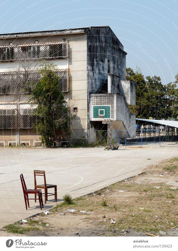 leisure Laos Vientiane Hinterhof Sommer Sportplatz Freizeit & Hobby Spielen Verkehrswege Ballsport Basketball zwei Stühle Blauer Himmel