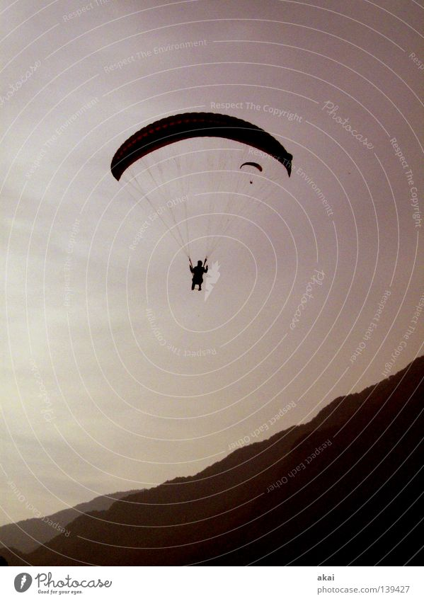 Uuurlaub! blau Freude Wolken Farbe Sport Spielen orange Beginn Gleitschirmfliegen Abheben krumm himmelblau Gleitschirm Farbenspiel Slowenien Kontrollblick