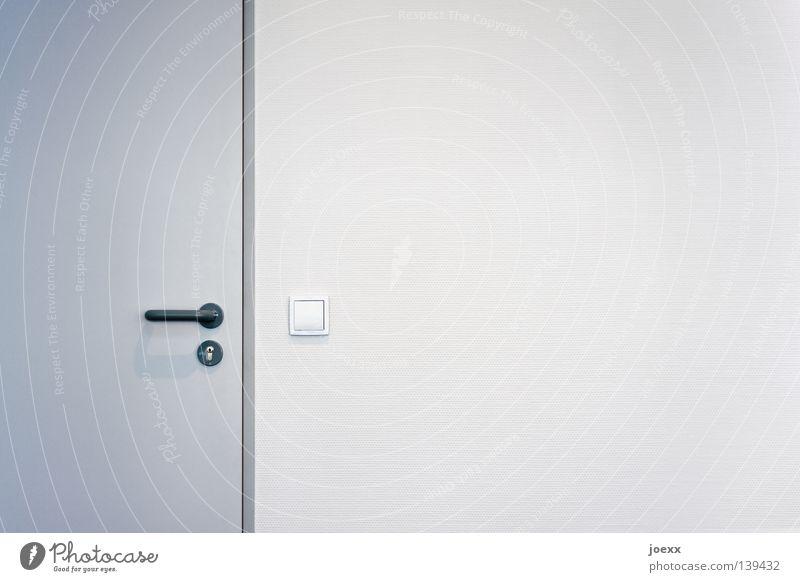Das neue Büro Büroarbeit Mauer Wand Tür Schloss einfach hell Sauberkeit trist grau weiß Ordnung geschlossen Griff Lichtschalter unpersönlich Schalter steril