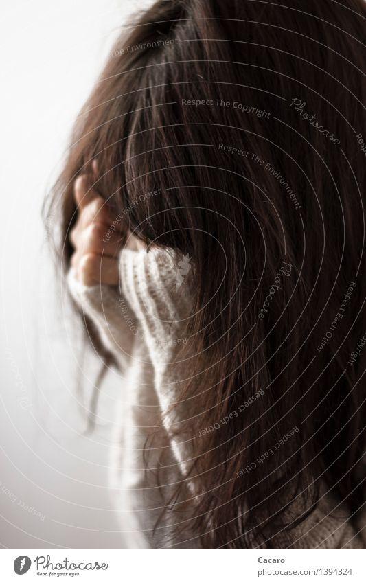 Strickjackentag Mensch Einsamkeit kalt Traurigkeit natürlich feminin Haare & Frisuren Kopf Schutz Trauer Krankheit Schmerz verstecken brünett langhaarig