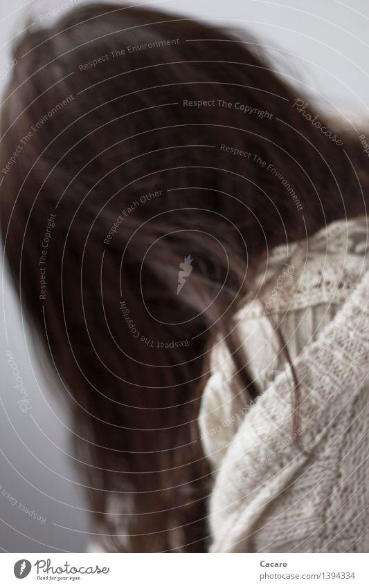 Strickjackentag 4 feminin Haare & Frisuren 1 Mensch schwarzhaarig brünett langhaarig Traurigkeit kalt kuschlig Gefühle Trauer Tod Liebeskummer Müdigkeit Unlust
