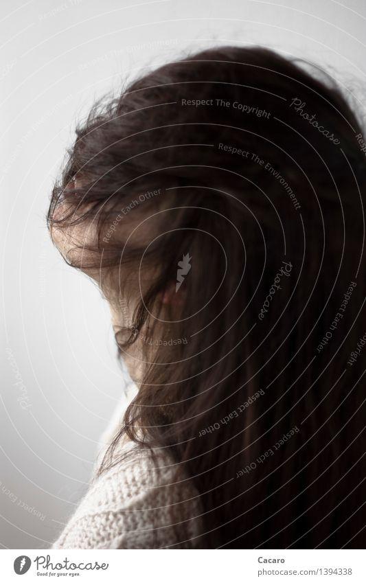 Haarige Angelegenheit Sinnesorgane Mensch feminin Junge Frau Jugendliche Erwachsene Kopf Haare & Frisuren 1 schwarzhaarig brünett langhaarig Pony träumen