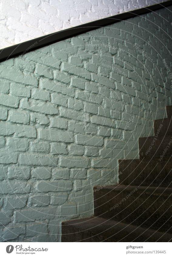 Trep|pen|witz [m.] treffende Antwort, die jmdm. zu spät einfällt aufwärts Wand Mauer zusätzlich gehen Detailaufnahme Kommunizieren treppenwitz