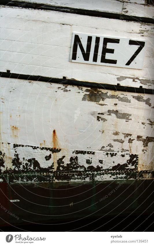 NIE 7 alt blau Farbe Wasser weiß Meer ruhig Küste Linie Arbeit & Erwerbstätigkeit Wasserfahrzeug Schriftzeichen kaputt Seil Streifen Güterverkehr & Logistik