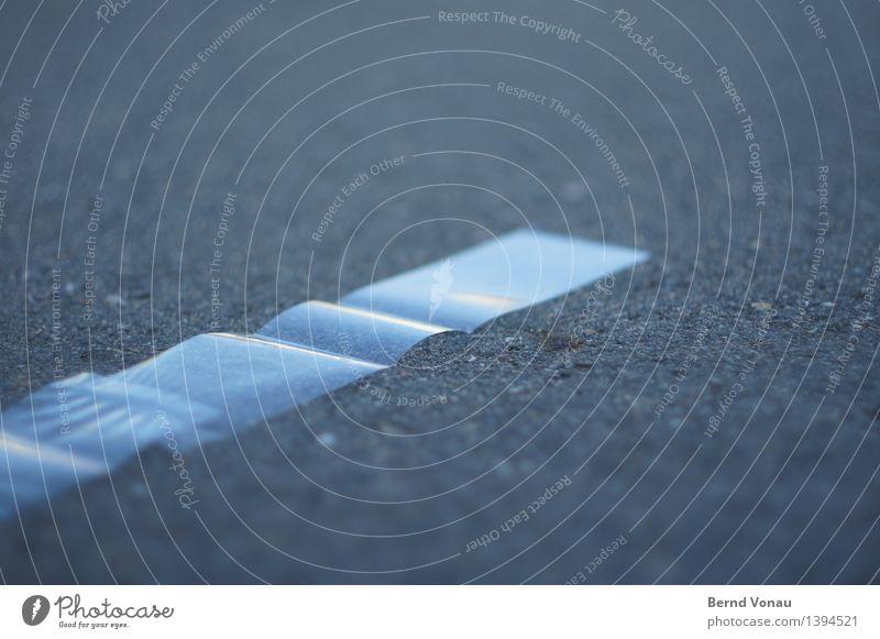 transparenz Verkehr Verkehrswege Straße hell Boden Asphalt Folie durchsichtig Streifen grau blau Wellenform Verpackung Umweltverschmutzung fallen liegen sanft
