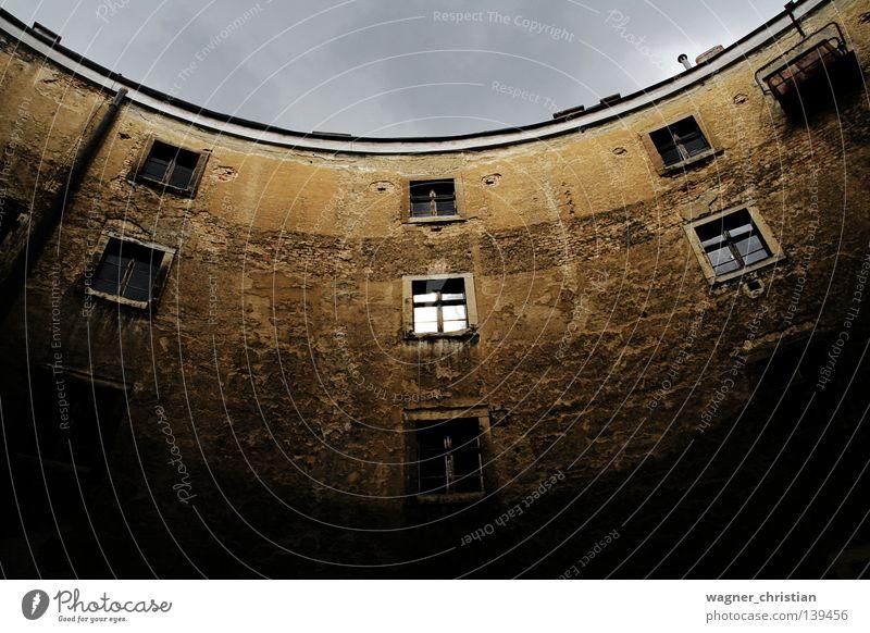 Narrenturm Himmel alt Einsamkeit Fenster Architektur Angst Turm Vergänglichkeit verfallen Backstein historisch gruselig mystisch gefangen Österreich Panik