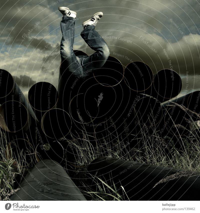 kanonenfutter Mensch Mann Himmel Wolken Gras Fuß Schuhe Beine Jeanshose Frieden Baustelle Hose Röhren obskur Vergangenheit Loch