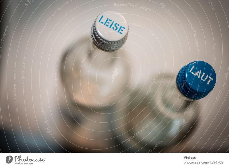 Gegensätze blau Wasser weiß Trinkwasser Getränk einfach Zeichen trinken Klarheit Kitsch Flasche Erfrischungsgetränk Gegenteil Limonade Mineralwasser