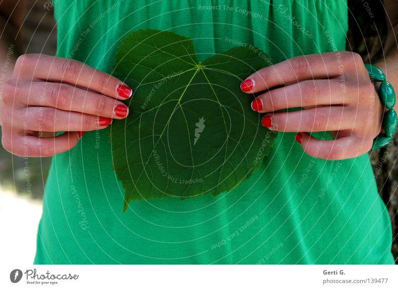 sometimes it's heart to be leaf Blatt herzlich Blattadern Symbole & Metaphern Liebesbekundung lieblich festhalten loslassen Hand Fingernagel gepflegt modern