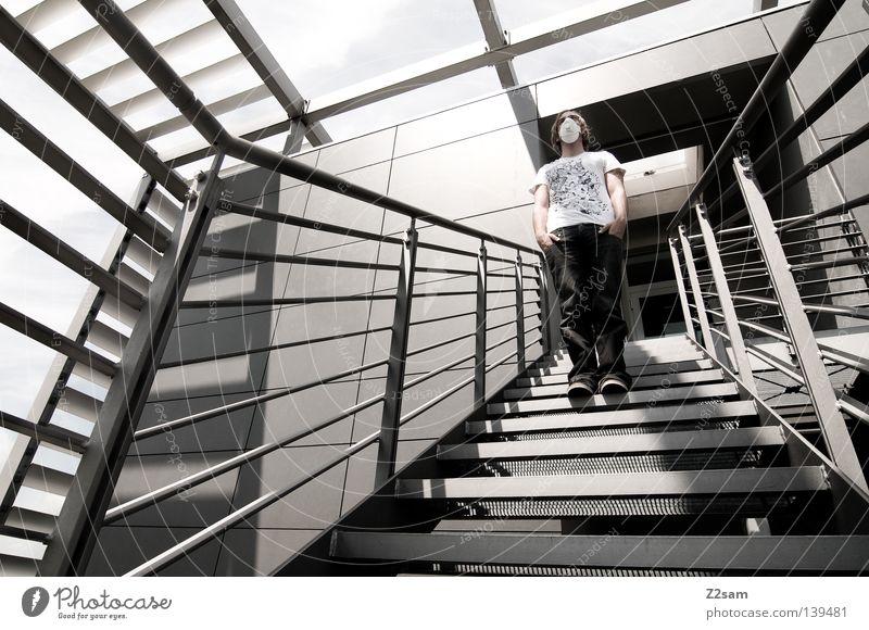 fremdkörper Mensch Himmel Mann kalt glänzend Treppe modern verrückt Perspektive Jeanshose Maske Geländer Stahl chaotisch durcheinander