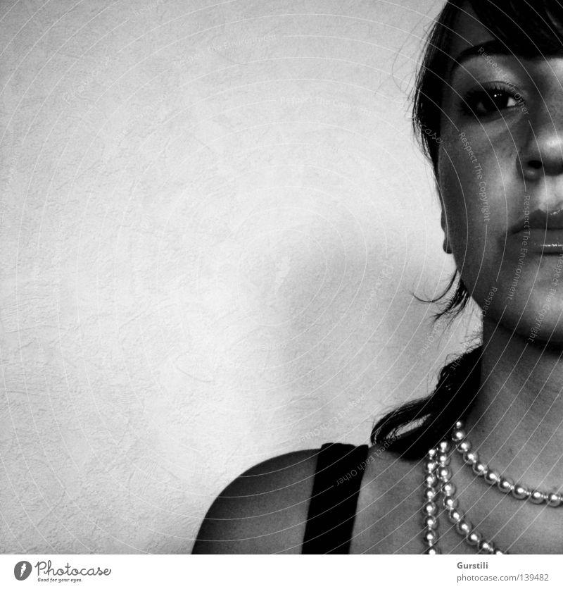 wachsam. Frau Gesicht schwarz Auge Lippen Wachsamkeit Halskette Schwarzweißfoto