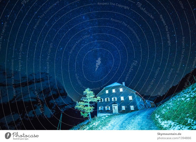 Milchstrasse Umwelt Natur Landschaft Himmel Nachthimmel Stern Herbst Winter Gras Alpen Berge u. Gebirge Dorf Haus Hütte dunkel Unendlichkeit blau grün schwarz