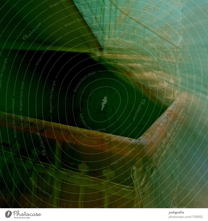 Heilstätte Haus Ruine Gebäude Treppe alt Traurigkeit gruselig kaputt Einsamkeit Angst Farbe Flur Treppenhaus Putz verfallen Sanatorium beklemmend Schicksal