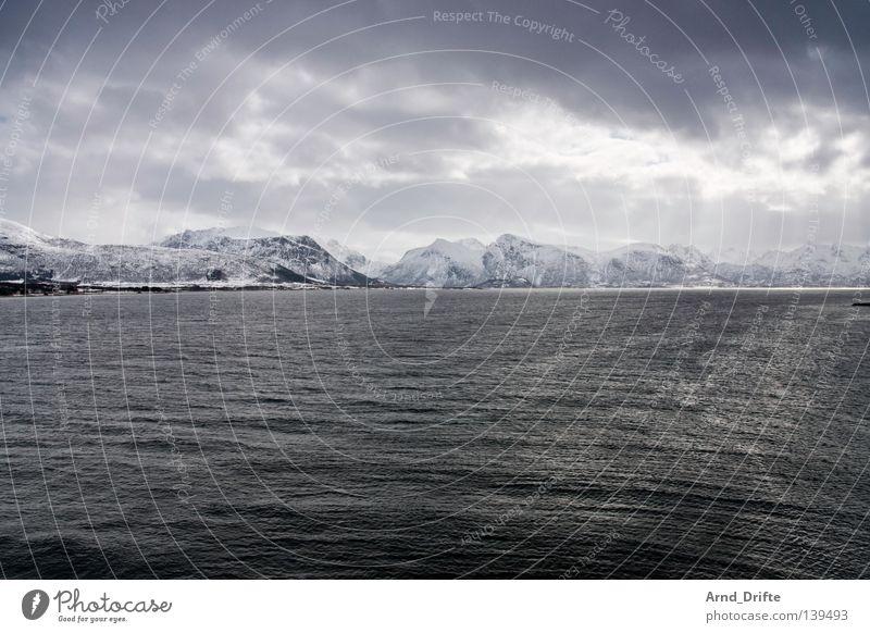 Nordpolarmeer II Wasser Himmel Meer Winter Wolken kalt Schnee Berge u. Gebirge See Eis Wasserfahrzeug Wellen Küste Schifffahrt Norwegen Fähre