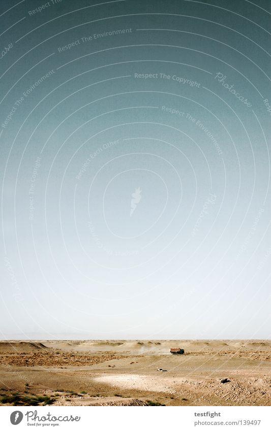 plains flach leer Ödland Steppe Staub staubig heiß trocken Lastwagen Himmel Sommer Unendlichkeit Einsamkeit Kies Wüste Sand dusty desert empty wasteland flat