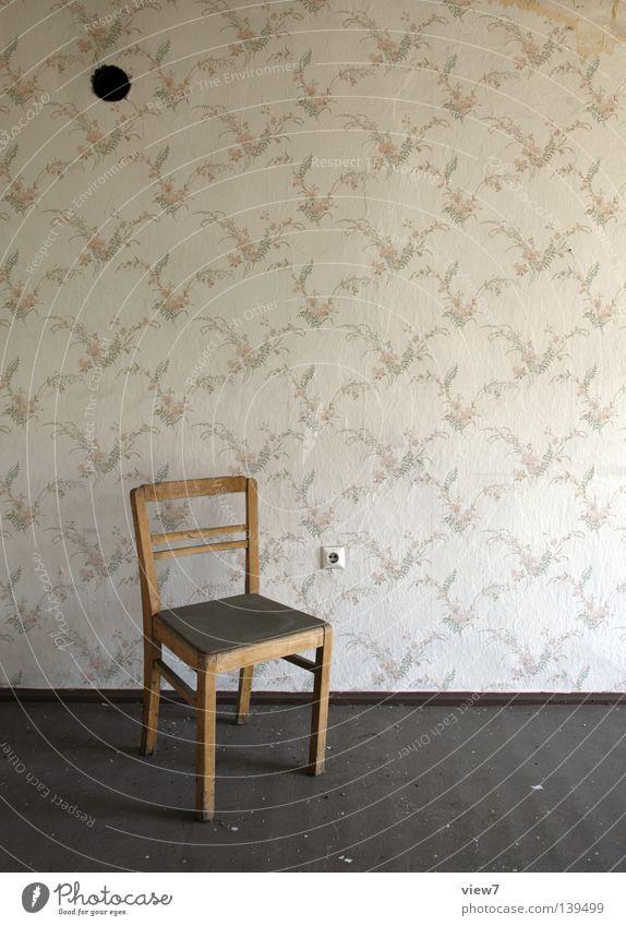 Steckdose Holz Wand Tapete vergessen Einsamkeit Material retro Anschluss Möbel Sitzgelegenheit gebraucht Linoleum Bodenbelag Muster Ofenrohr Durchbruch