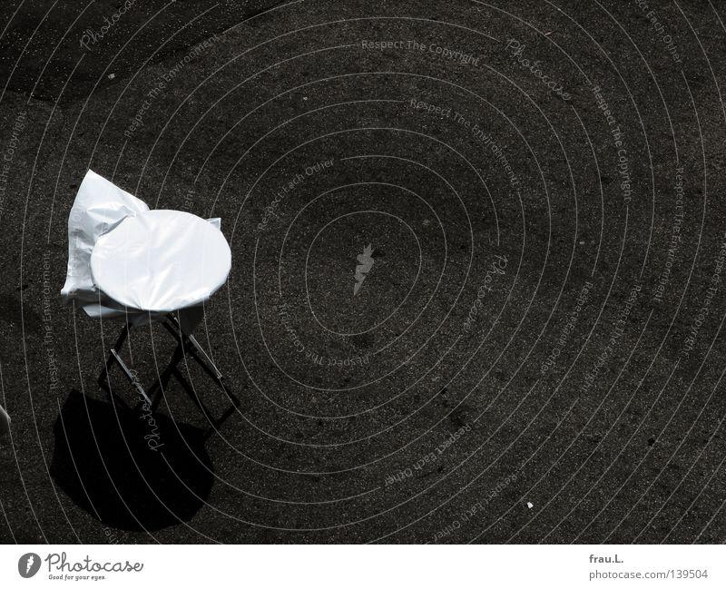 Tisch Einsamkeit Straße klein Freizeit & Hobby Wind Platz leer Dinge Beton Ernährung niedlich Asphalt Gastronomie Bar Veranstaltung