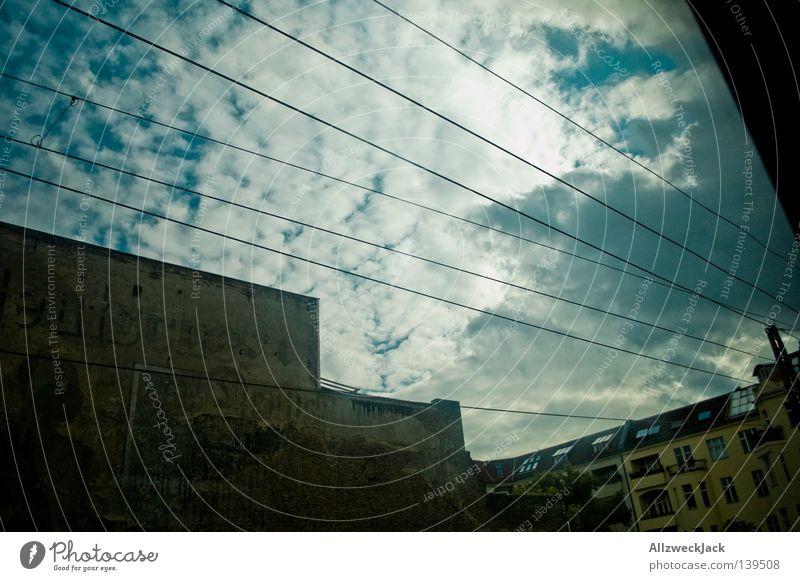 BLN 08 | heimreise Bahnfahren Fenster Aussicht Haus Altbau Wand Deutschland verwaschen Wolken Cirrus Fälschung Berlin Verkehr Eisenbahn Ferien & Urlaub & Reisen