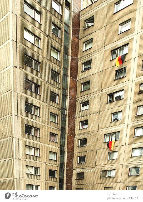 Finale rot schwarz Haus Berlin gold Hochhaus Trauer Fahne Balkon Verzweiflung Stadthaus Loggia Nationalitäten u. Ethnien Patriotismus
