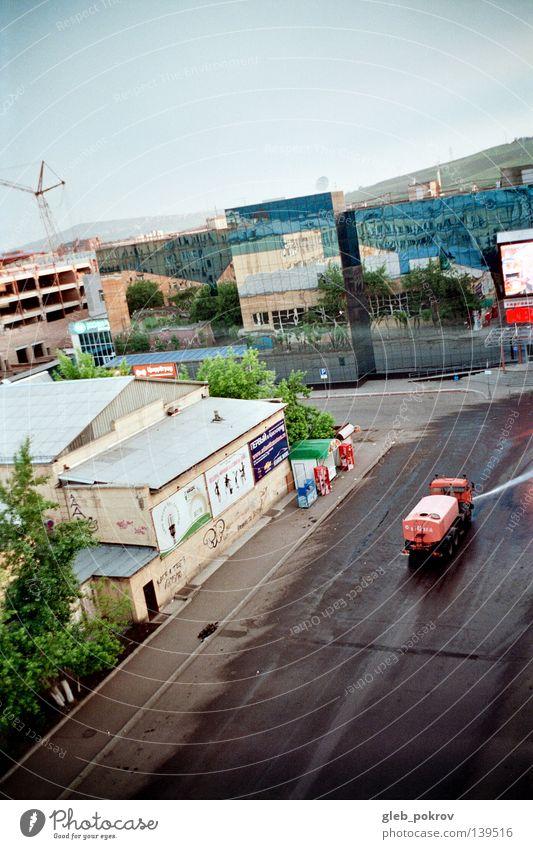 liquid_asphalt Wasser Himmel Stadt Haus Wolken Straße Berge u. Gebirge PKW Gebäude Luft orange Verkehr Industrie Asphalt Ladengeschäft Russland