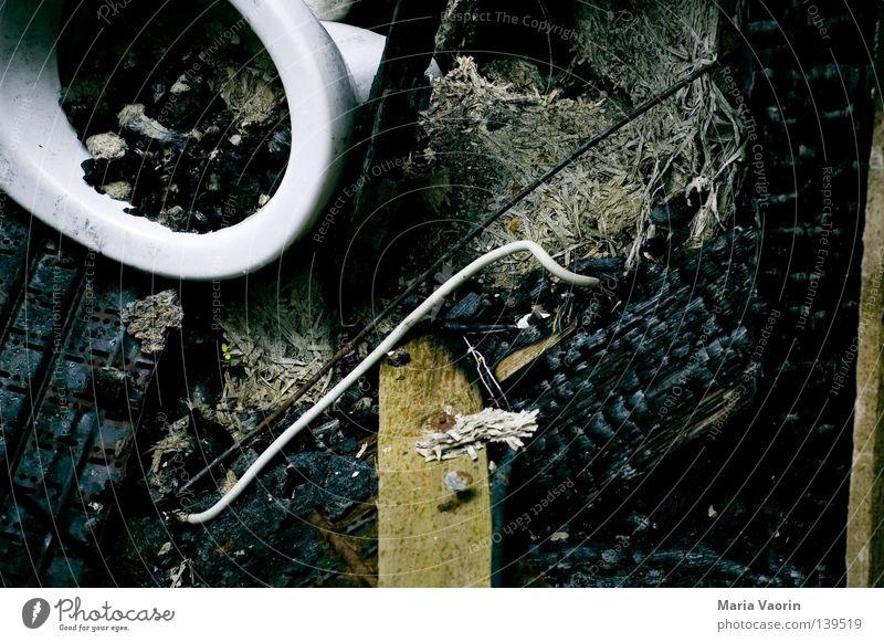 BLN 08 | Klo und so dreckig Brand Bad Müll Vergänglichkeit Toilette verfallen Brandasche Kohle Holzkohle Brandstiftung