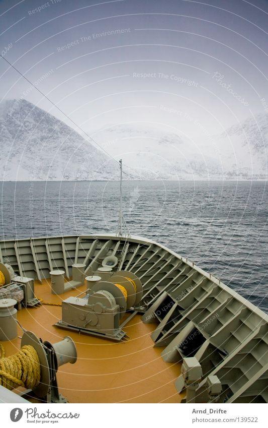 Nordpolarmeer III Norwegen Schiffsbug Fähre Gischt kalt Kreuzfahrt Kreuzfahrtschiff Küste Meer Polarmeer Wasserfahrzeug See Wellen Wolken Schifffahrt Winter