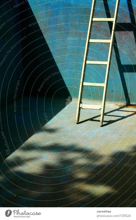 30º im Schatten alt blau oben leer Schwimmbad Sehnsucht verfallen Leiter abwärts unerfüllt