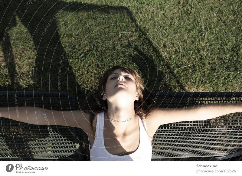 Sommerschlaf Frau Hand grün schön Sommer Gesicht Erholung Wiese Haare & Frisuren Garten Park Zufriedenheit Rücken Arme schlafen Bank