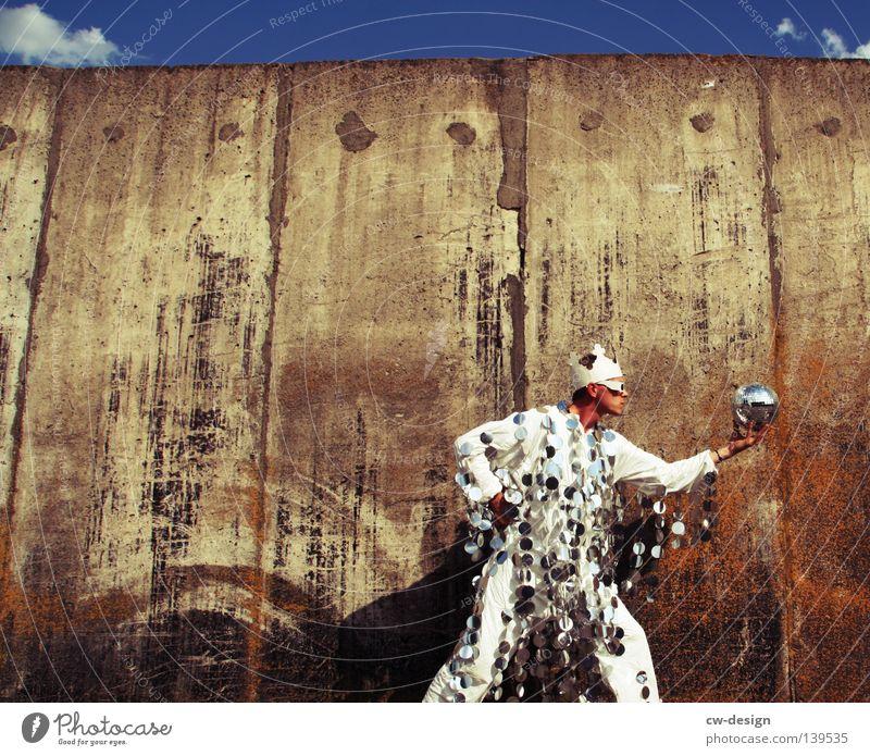 DER TEUFEL TRÄGT PRADA Mensch Himmel Mann blau Hand weiß Sommer Freude Wand grau springen Party Stil Mauer Mode Kunst