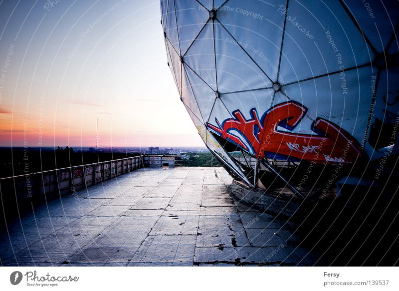 NSA Field Station Sonnenuntergang verfallen Industrie Berlin Abhöranlage Kalter Krieg Teufelsberg Graffiti Science Fiction