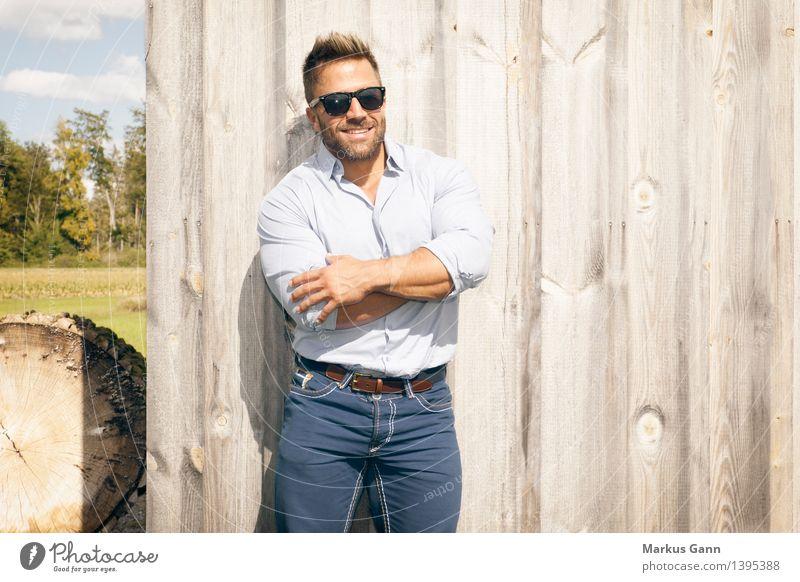 Mann mit Sonnenbrille Lifestyle Stil Mensch maskulin Junger Mann Jugendliche 1 18-30 Jahre Erwachsene Natur Mauer Wand Mode Hemd Jeanshose Brille Bart Vollbart