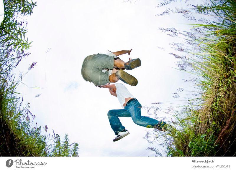 BLN 08 | Kollision Feld springen Froschperspektive hüpfen Gras Spielen fangen Sprungkraft Laune Schilfrohr Freude Fischauge Graben kallejipp mathias the dread