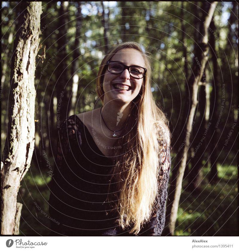 Alissa im Wald - es ist lustig Natur Jugendliche Stadt schön Junge Frau Baum Freude 18-30 Jahre Gesicht Erwachsene natürlich feminin Glück lachen