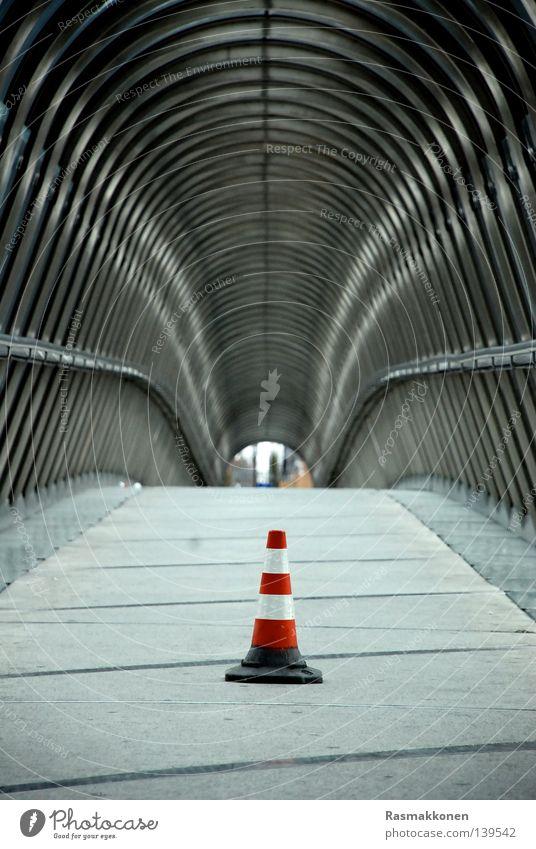 Rotkäppchen modern Brücke Streifen Unendlichkeit Hut Eisenrohr Tunnel Durchgang